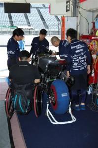 復帰の為、メカニックチームが必死の復旧作業。