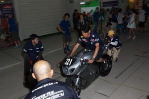 ライダー乗車の上、流れを体に叩き込むメカニックチーム1