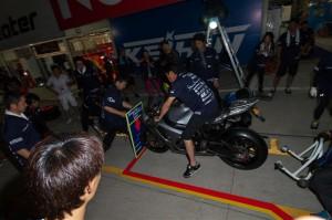 ライダー乗車の上、流れを体に叩き込むメカニックチーム2