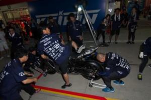 ライダー乗車の上、流れを体に叩き込むメカニックチーム3