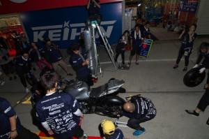 ライダー乗車の上、流れを体に叩き込むメカニックチーム5