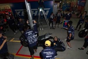 ライダー乗車の上、流れを体に叩き込むメカニックチーム6