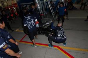 ライダー乗車の上、流れを体に叩き込むメカニックチーム7