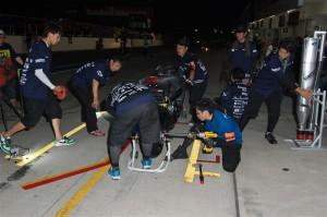 0.1秒でも早いピット作業を行える様、何度も練習を重ねるメカニックチーム