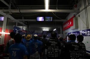 モニターでレース状況を見守るチームメンバー達。