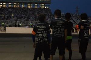 すっかり暗くなったサーキットに、未だに大勢の観客達が残っている