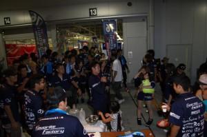 レースが終わっても興奮の冷めない大勢のメンバー