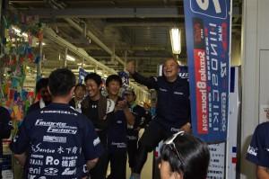 「やったぞ~っ!!」長年の夢である『自社チームでの鈴鹿8耐参戦』を果たしたオーナー