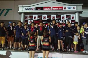 【完走賞授賞式】ずっと支えてくれた奥様にメダルを掛ける第三ライダー